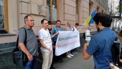 У Верховной рады Украины проходит пикет в защиту прав украинской мовы