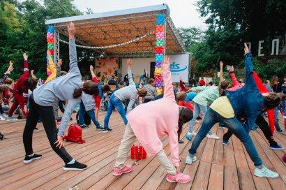 В Зелёном театре новый рекорд Украины: четыре сотни детей в возрасте от 6 до 12 лет занимались йогой