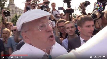 Лидер ЛДПР Владимир Жириновский выкручивал руки упавшему митингующему против пенсионной реформы в РФ ВИДЕО