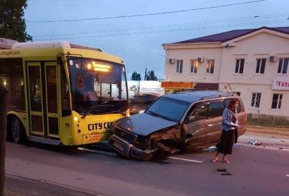 Машину после столкновения отбросило на троллейбус