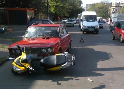 Мотоциклист попал под легковушку на Молдаванке
