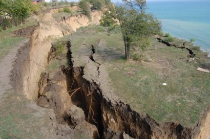 В прибрежной части села Санжейка Овидиопольского района Одесской области произошел масштабный оползень