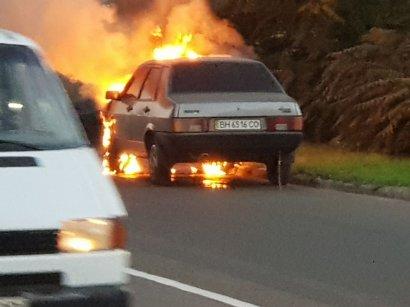 На въезде в Черноморск на ходу загорелся автомобиль