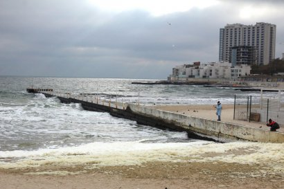 И в ноябре свободное время одесситы проводят у моря