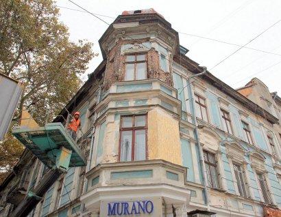 Аварийную лепнину одесских домов сдадут на склад.