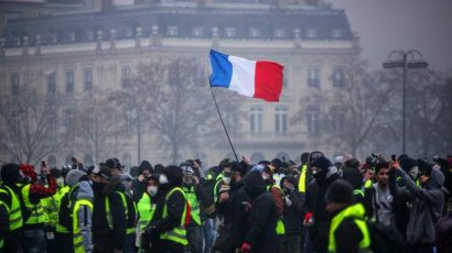 Париж готовится отменить повышение цен на топливо в связи с протестами
