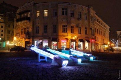 В Одессе на Греческой площади включили святящиеся качели