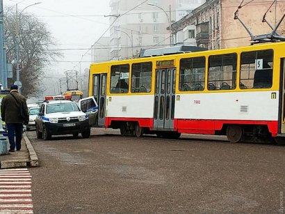 Возле автовокзала трамвай снес дверь автомобиля охранной фирмы