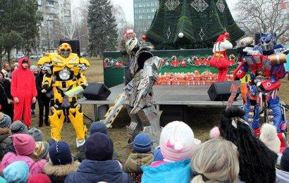 И в Малиновском районе Одессы зажлись огни новогодней елки
