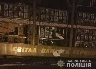Суд оправдал мужчину, который уничтожил стенд с фотографиями Небесной сотни в Хмельницкой области