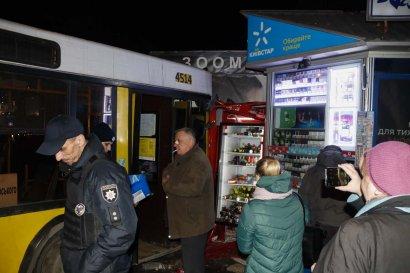 В Киеве автобус с пассажирами врезался в киоск