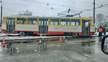 Из-за непогоды в Одессе трамвай сошел с рельсов