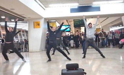 Артисты Одесского оперного театра станцевали в аэропорту Нью-Йорка