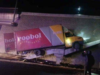 Водитель грузовика в пьяном состоянии пытался уйти от полиции и повис на опоре моста
