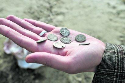 На киевском Подоле нашли клад с древнеримскими монетами и керамикой
