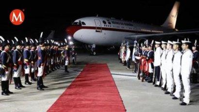 Король и королева Испании час не могли выйти из самолета