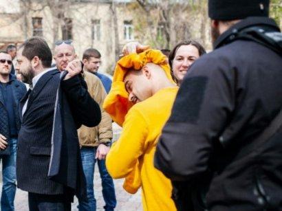 В Одессе народного депутата облили нечистотами из-за конфликта вокруг Летнего театра (видео)
