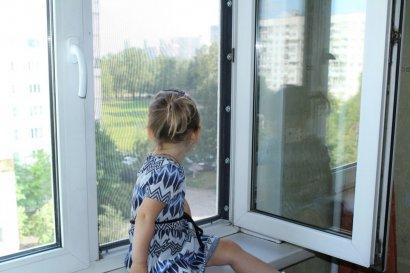 Одесские полицейские предупреждают о выпадении детей из окон в летний сезон