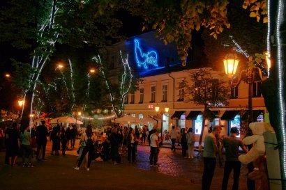 На главной улице Одессы появился неоновый мурал