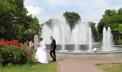 У фонтана.