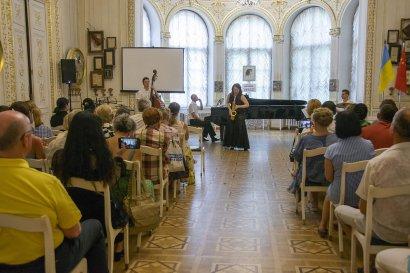 Дворцовые стены Золотого зала литмузея наполнило звучание саксофона