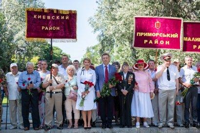 В день скорби и памяти жертв войны одесситы возложили цветы к памятнику Неизвестному матросу