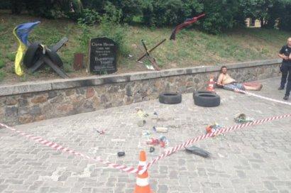 В Киеве разгромили мемориал Герою Небесной сотни Сергею Нигояну