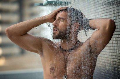 Стало известно, почему горячий душ опасен для мужчин