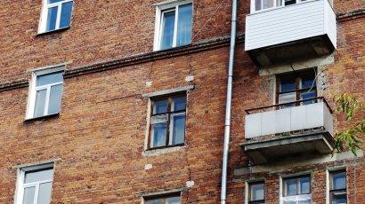 В Лисичанске ночью начал разваливаться жилой дом с десятками людей внутри