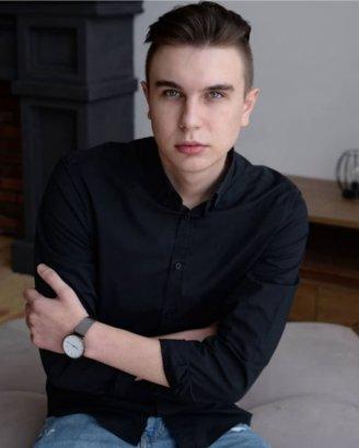 На лестнице в элитном доме в центре Киева несколько дней висел погибший парень