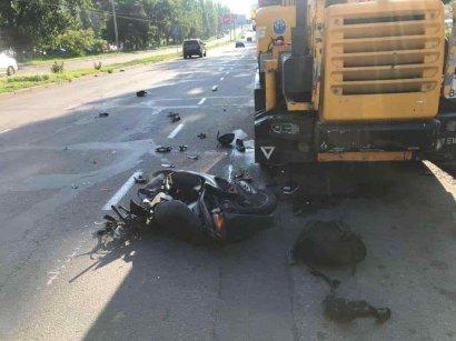 В Киевском районе ДТП: мопед врезался в автокран