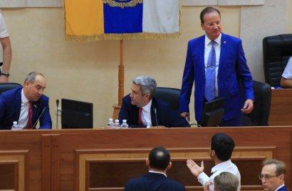 Горячая сессия Одесского облсовета: в ход шли кулаки и зубы,авместо председателя депутаты уволили его зама