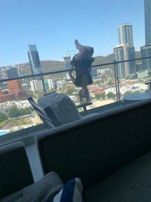 Девушка полетела вниз головой с шестого этажа и выжила, занимаясь йогой на балконе