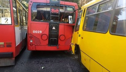 На Канатной маршрутка врезалась в троллейбус: есть пострадавшие
