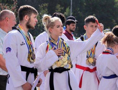 Олимпийские чемпионы, заслуженные тренера и начинающие спортсмены отпраздновали под ОГА День физической культуры