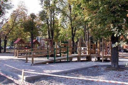 На Соборной площади строят самую большую в Одессе инклюзивную детскую площадку