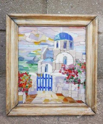 Жительница Одессы создала картину из цветного стекла и мрамора