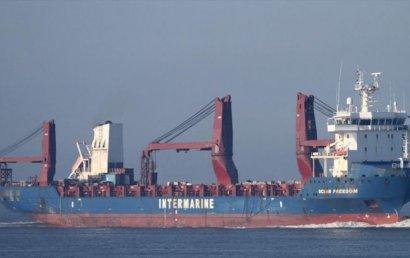 В Черное море вошел корабль с военными катерами для Украины
