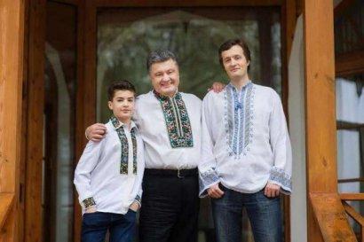 Бывший президент Украины Петр Порошенко начал переоформление кондитерского концерна Roshen на своего старшего сына Алексея.
