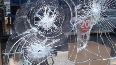 В Киеве неизвестные растрощили витрину магазина
