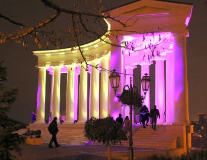 В честь Дня недоношенных детей Воронцовскую колоннаду подсветили сиреневым цветом.
