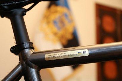 Зеленскому в Эстонии подарили велосипед