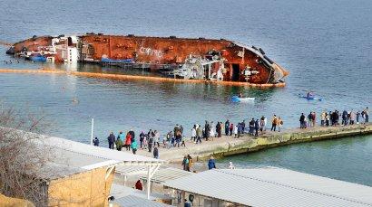 Место аварии танкера «Делфи» стало популярным для одесситов.