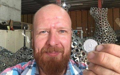 В Одессе приварят первые монеты в гигансткой скульптуре из пятикопеечных монет