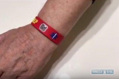 Шесть сотен одесситов получили браслеты с QR-кодом для экстренной помощи