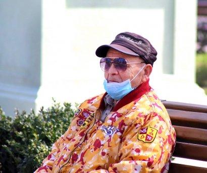 Одесситы осваивают новый аксессуар - медицинскую маску
