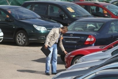 В Польше мужчина 3 дня прожил в машине, так как боялся заразить коронавирусом семью