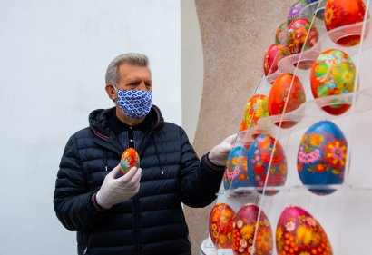 Пасхальная инсталляция: у храма Святой мученицы Татианы установили инсталляцию из 308 крашенок